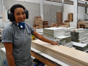 Cristiane Férrer se encontrou trabalhando com móveis. (Foto: Katherine Coutinho / G1)