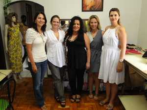 Grupo no curso de corte e  costura (Foto: Alex Araújo/G1)