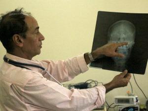 Cirurgião mostra as regiões da cabeça atingidas pelos disparos (Foto: Tatiane Queiroz/G1 MS)