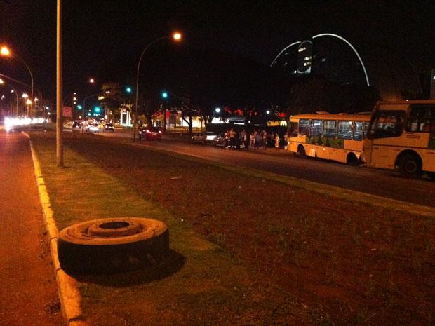 Um ônibus  perdeu as duas rodas na noite desta segunda-feira na via  W3, sentido Norte/Sul, em Brasília.Uma das rodas atingiu um carro que estava parado no semáforo.O ônibus descontrolado subiu na calçada em frente a uma parada de ônibus. Uma das rodas cruzou a via e foi parar no canteiro central da pista.ut Ninguém ficou ferido. (Foto: Káthia Mello/G1)