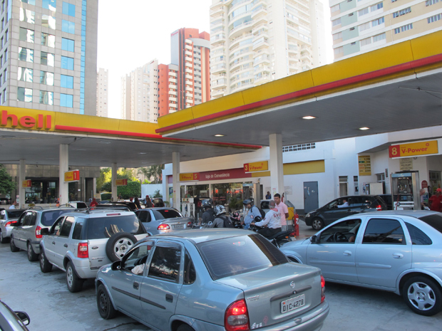 Posto na Marginal Pinheiros tinha filas nesta manhã (Foto: Juliana Cardilli/G1)