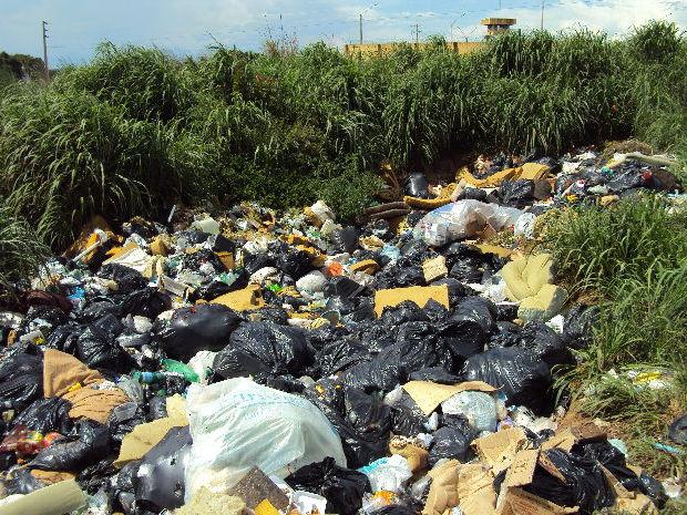 Lixo produzido pelo presídio é jogado em terreno baldio (Foto: Divulgação / MPE)