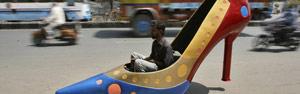 Carro tem formato de salto alto na Índia (Reuters)
