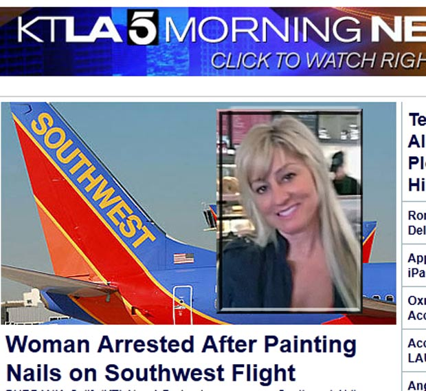 Jeanie Daniels foi presa após pintar as unhas durante voo.  (Foto: Reprodução/KTLA)