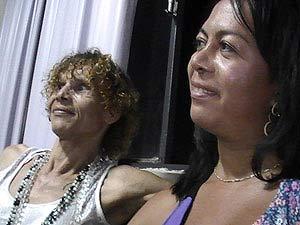 Sissy Kelly Lopes (esquerda), presidente de entidade de defesa de travestis, transexuais e transgêneros e Bianca Moura de Souza, servidora pública do DF (Foto: Rafaela Céo/G1)