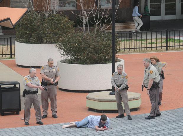 Policiais rendem homem que, segundo autoridades, atirava a esmo em frente a tribunal, nos EUA (Foto: Tulsa City-County Library, John Fancher / AP)