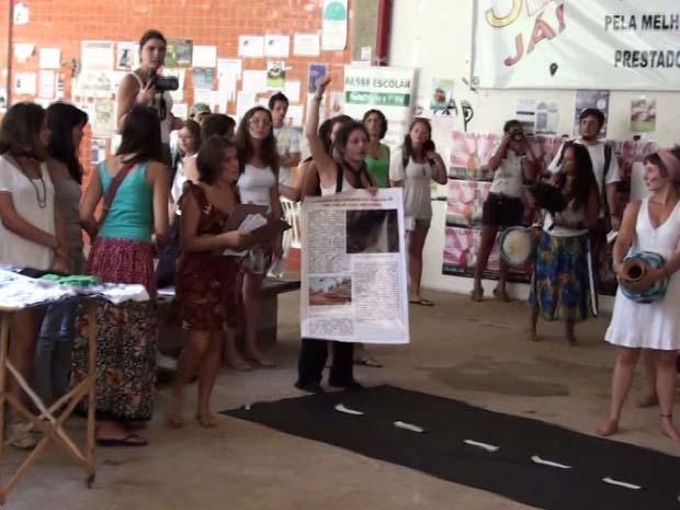Alunos distribuíram panfletos e fizem abaixo-assinado nesta quarta-feira (7), em São Carlos (Foto: Reprodução/EPTV)