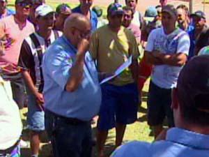 Trabalhadores discutem proposta de usina em Vargem Grande do Sul (Foto: Reprodução/EPTV)