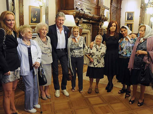 Waters, Fernández e algumas das Avós e Mães da Praça de Maio, que protestam contra as atrocidades cometidas pela ditadura argentina no passado (Foto: AP)
