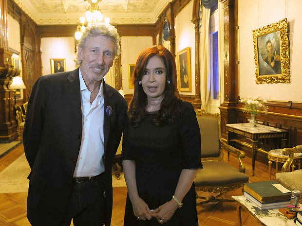 O músico britânico Roger Waters e a presidente da Argentina Cristina Fernández durante encontro na Casa Rosada, sede do governo argentino, na última terça-feira (6) (Foto: AP)
