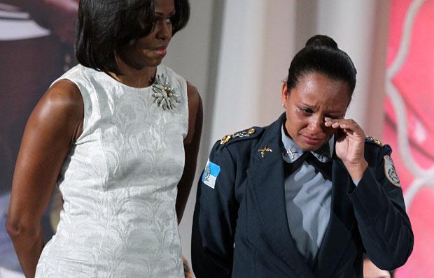 A major Pricila chora ao ser homenageada durante cerimônia nesta quinta-feira (8) (Foto: Alex Wong/Getty Images/AFP)