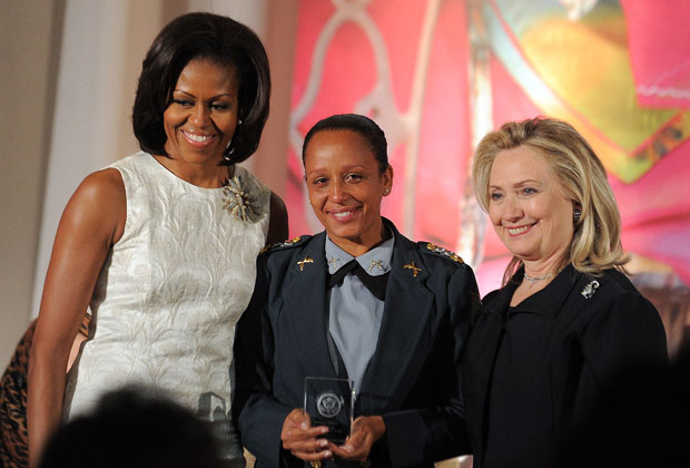 A major sorri para a foto entre a primeira-dama americana, Michelle Obama, e a secretária de Estado, Hillary Clinton (Foto: Alex Wong/Getty Images/AFP)