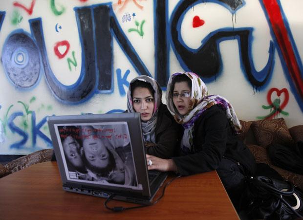 Meninas afegãs usam internet no primeiro cibercafé de Cabul (Foto: Mohammad Ismail/Reuters)