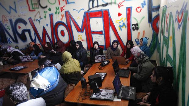 Cibercafé foi decorado com cores brilhantes para receber as mulheres internautas (Foto: Mohammad Ismail/Reuters)