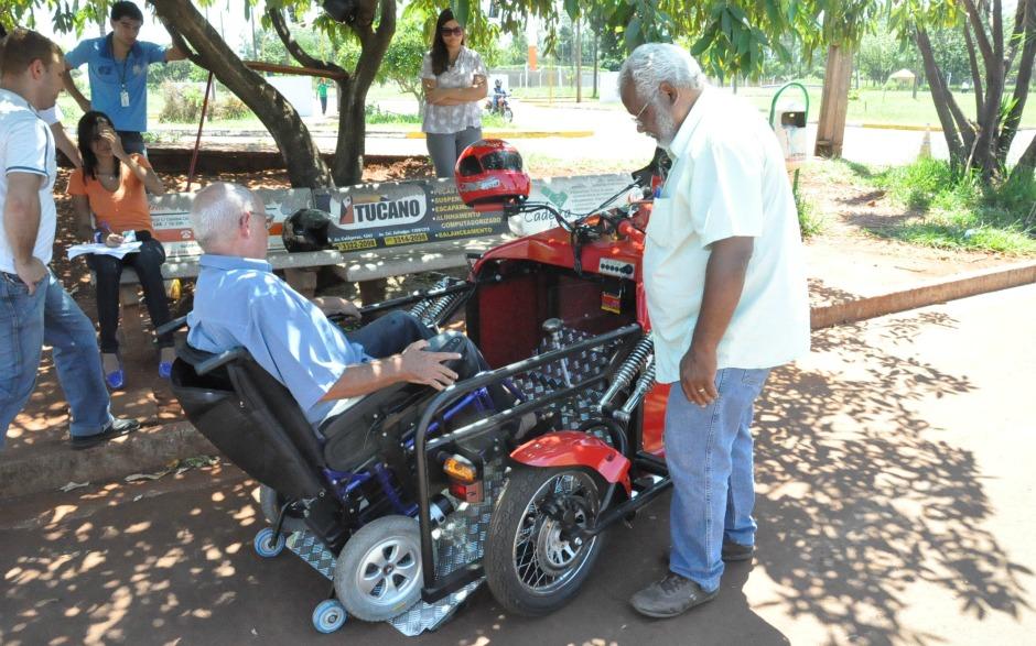 Cadeirante não depende de ajuda de terceiros para embarcar no triciclo