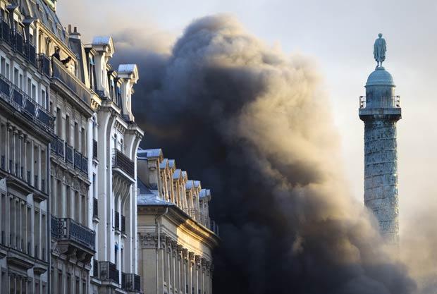 Fumaça-se ergue-se sobre a Place Vendôme, em Paris, nesta quinta-feira (8). Um incêndio em um estacionamento subterrâneo deixou um ferido leve, segundo as autoridades (Foto: Charles Platiau/Reuters)
