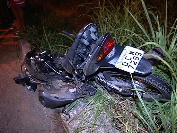 Moto foi parar no acostamento após ser atingida por carro. (Foto: Reprodução/TV Gazeta)