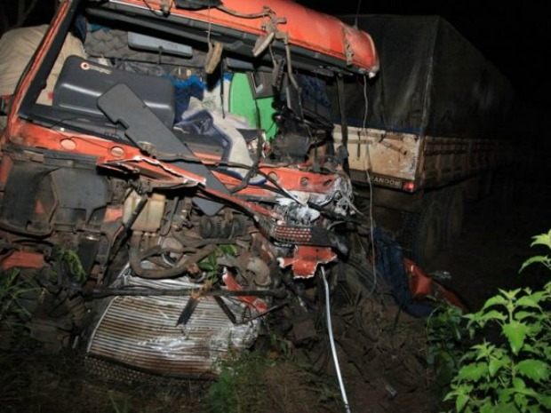 Acidente grave entre carreta e caminhão mata duas pessoas na BR 163 em MS (Foto: PC de Souza/ Edição de Notícias)