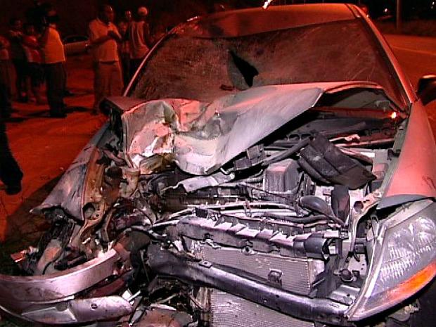 Carro ficou com a frente destruída devido ao impacto da batida. (Foto: Reprodução/TV Gazeta)