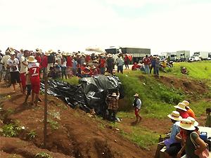 Trânsito na BR-230, em Sousa (PB), ficou bloqueado nos dois sentidos (Foto: Laisa Grisi/TV Paraíba)