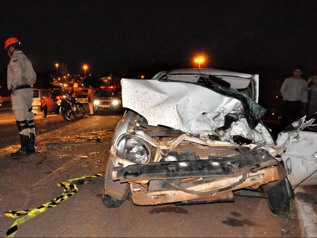 Carro ficou completamente destruído após acidente (Foto: Felipe Bastos / G1MS)