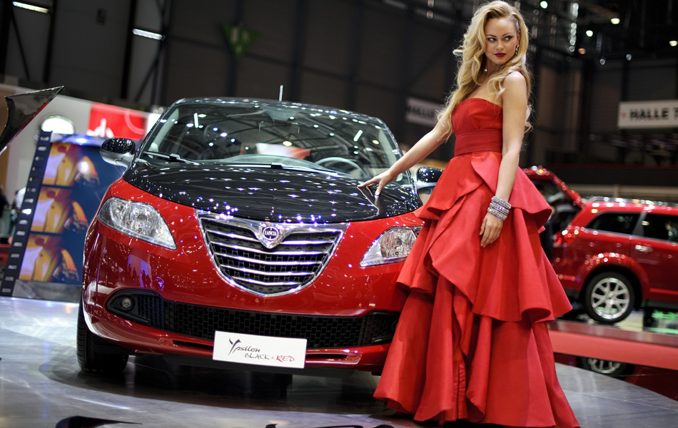 Modelo faz pose ao lado do italiano Lancia Ypsilon