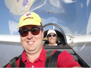 Aluno e instrutor em voo de planador (Foto: Divulgação / Arquivo Pessoal)
