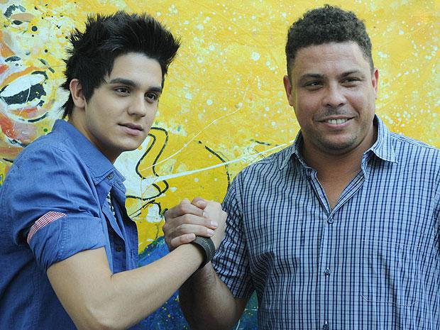 O cantor Luan Santana e o ex-jogador Ronaldo firmam parceria em 8 de março de 2012 (Foto: Flavio Moraes/G1)