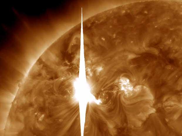 Imagem fornecida pela Nasa mostra 'labareda' solar já em direção à Terra.  (Foto: Nasa / AP Photo)