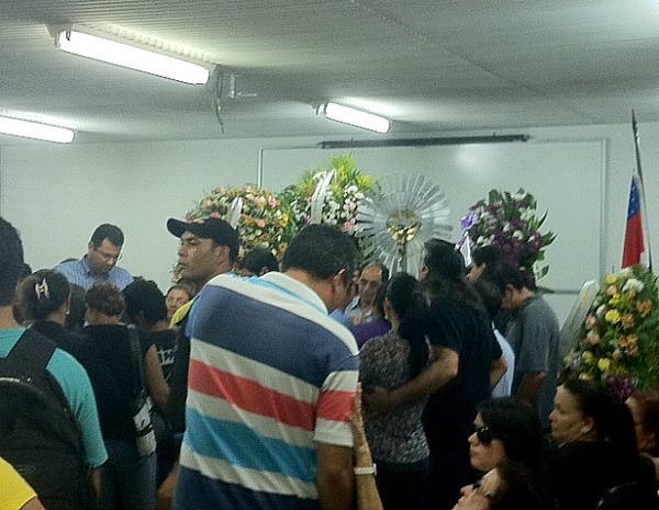 Familiares e amigos prestaram homenagem à vítima em auditório da Universidade Federal do Amazonas (Foto: Tiago Melo/G1)