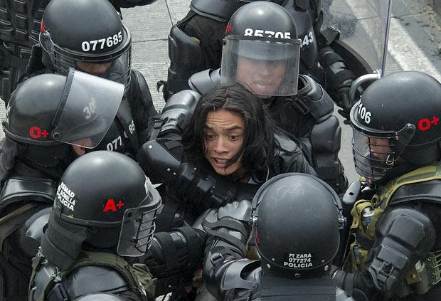 Estudante é detido nesta sexta-feira (9) em Bogotá, Colômbia, durante protesto contra a má qualidade do transporte coletivo (Foto: AFP)