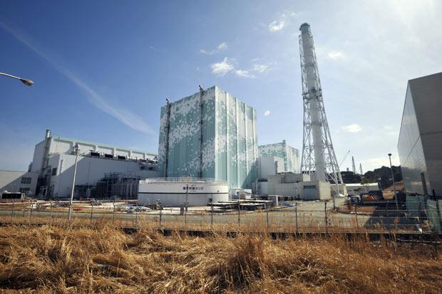 Prédios dos reatores 5 e 6 da usina nuclear de Fukushima Daiichi em 28 de fevereiro (Foto: AP)