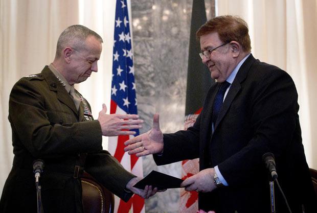 O general americano John Allen (à esquerda) e o ministro da Defesa do Afeganistão, general Abdul Rahim Wardak, celebram o acordo nesta sexta-feira (9) em Cabul (Foto: AP)
