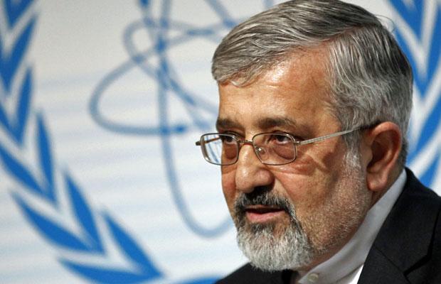 Embaixador do Irã para a Agência Internacional de Energia Atômica, Ali Asghar Soltanieh, fala para a imprensa em Viena, nesta quinta  (Foto: Herwig Prammer/Reuters)