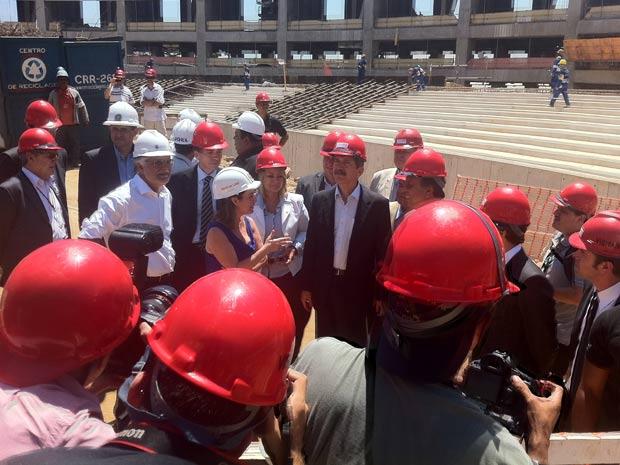 Ministro dos Esportes na visita às obras do Maracanã (Foto: Janaína Carvalho/G1)