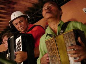 Dominiguinhos e Arlindo 8 Baixos em cena do filme 'O milgare de Santa Luzia'. (Foto: Divulgação)