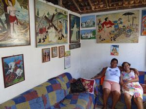Irmãs guardam na sala de casa quadros do pai (Foto: Luna Markman/G1)