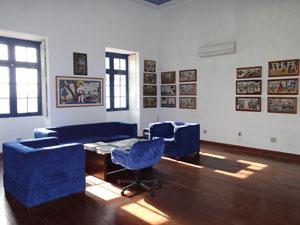 Sala de reuniões da Prefeitura de Olinda decorada com obras do artista  (Foto: Luna Markman/G1)
