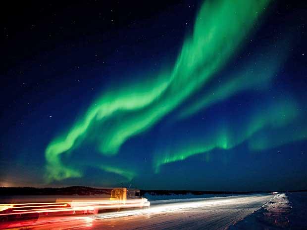 A maior tempestade solar em cinco anos a atingir a Terra pode ter causado preocupação, mas também provocou cenários espetaculares pelo mundo. A enorme onda de radiação na atmosfera criou um brilhante show da aurora boreal perto de Yellowknife, no Canadá, na quinta-feira (8). (Foto: The Canadian Press / Bill Braden / AP Photo)