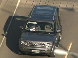 O carro em que viaja o príncipe Harry (Foto: Reprodução/TV Globo)