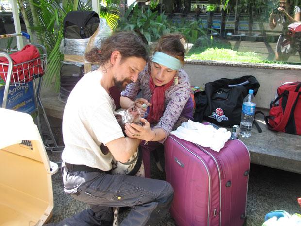 Nahuel toma remédio para dormir antes de embarcar para Buenos Aires (Foto: Letícia Macedo/ G1)