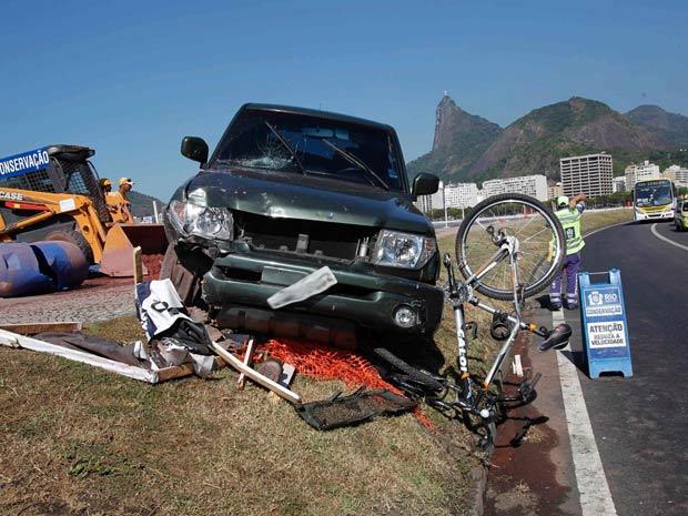 Carro invade ciclovia (Foto: Marcelo Piu / Agência O Globo.)