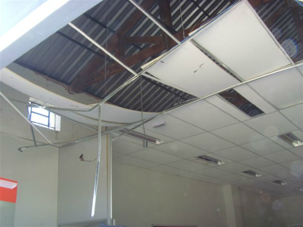 O teto da agência também ficou destruído devido a explosão (Foto: jornal Folha da Cidade)