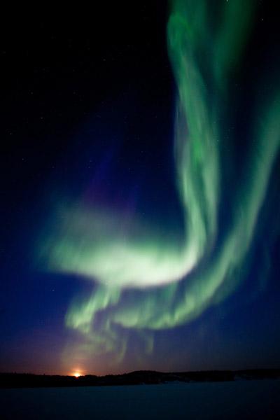 A maior tempestade solar dos últimos cinco anos enviou uma enorme onda de radiação para a atmosfera da Terra, criando um brilhante espetáculo de aurora boreal na região de Yellowknife, Canadá, nesta quinta-feira (8).