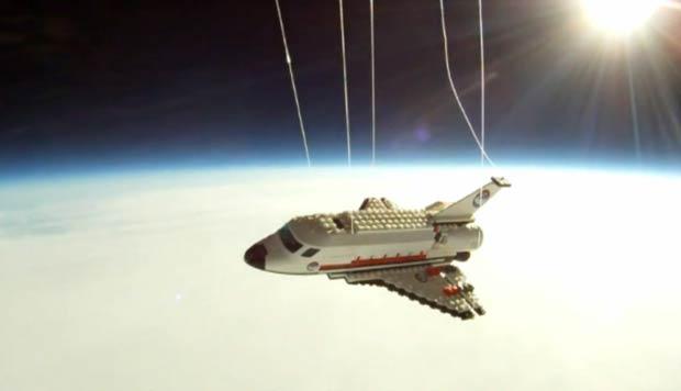 Adolescente manda réplica de ônibus espacial à estratosfera (Foto: Cortesia Raul Oaida)
