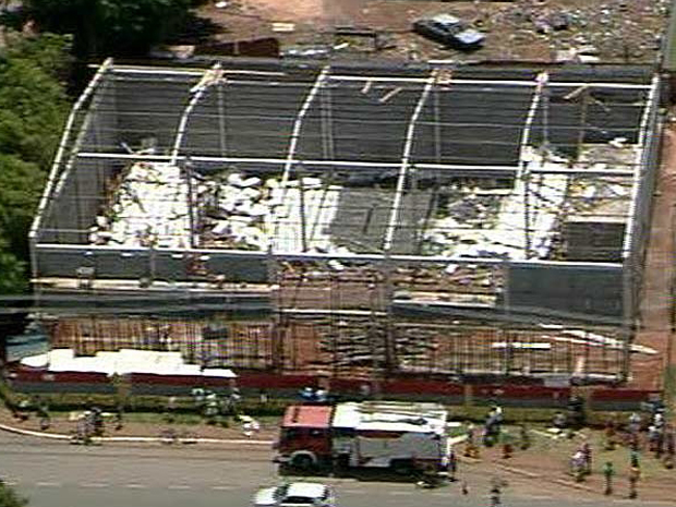 Laje de galpão em construção desaba em Santa Maria, no Distrito Federal (Foto: Reprodução/TV Globo)