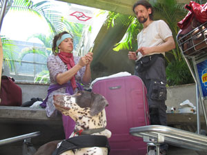 Casal prepara medicamento para Nahuel (Foto: Letícia Macedo/ G1)