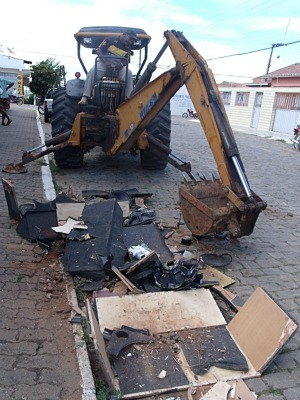 """Foi usado um trator para destruir os """"paredões de som"""" (Foto: Diomar Araújo/Arquivo Pessoal)"""