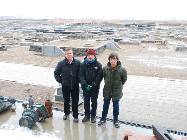 O correspondente da TV Globo no Japão, Roberto Kovalick (à esquerda), em Natori, cidade que foi arrasada e fica ao lado de Sendai, capital da província de Miyagi. Sendai foi a maior cidade atingida pelo tsunami e Natori ficou arrasada.  (Foto: Roberto Kovalick/TV Globo)