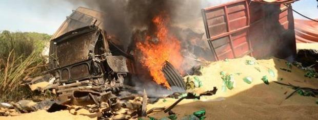 Três pessoas que estavam nas carretas morreram, além de policial do veículo de passeio. (Foto: Varlei Cordova/ Agora MT)